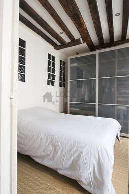 Chambre de 10m² avec du coco au sol