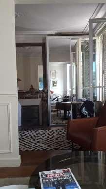 Séjour calme équipé de 1 canapé(s) lit(s) de 120cm, téléviseur, 1 fauteuil(s), 3 chaise(s)