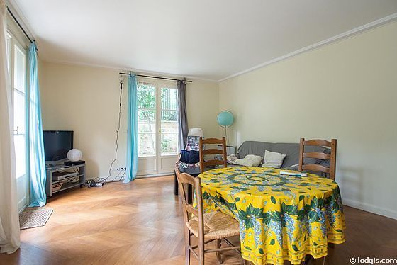 Very quiet living room furnished with tv, dvd player, 1 armchair(s), 4 chair(s)