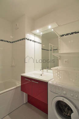 Salle de bain équipée de lave linge, baignoire, douche dans baignoire
