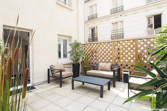 Terrasse calme et très lumineuse avec du béton au sol