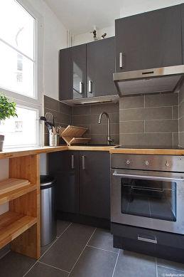 Cuisine équipée de plaques de cuisson, réfrigerateur, hotte, vaisselle