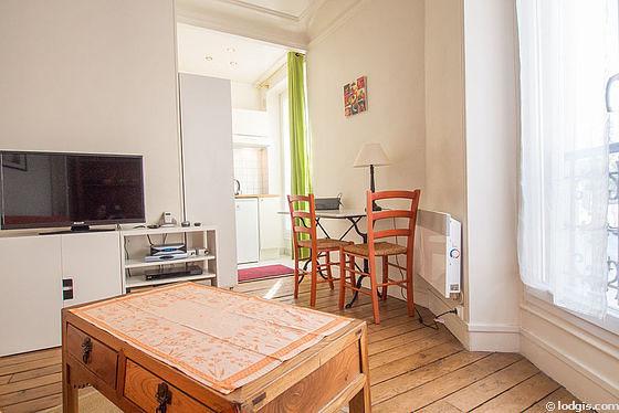 Séjour calme équipé de 1 canapé(s) lit(s) de 130cm, téléviseur, chaine hifi, 2 chaise(s)