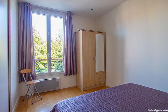 Chambre lumineuse équipée de armoire, tabouret