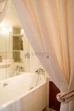 Salle de bain claire avec du linoleum au sol