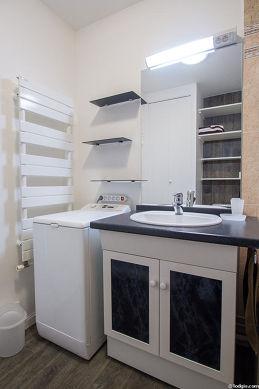Belle salle de bain claire avec du linoleum au sol