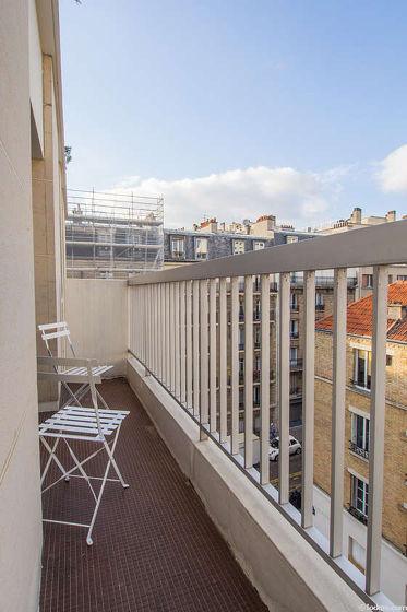 Terrasse exposée plein nord-est et vue sur rue