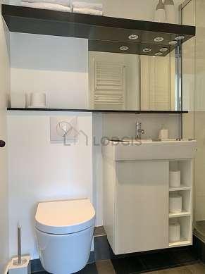 Agréable salle de bain claire avec du béton au sol