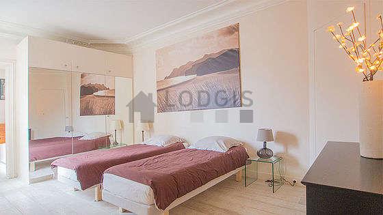Bedroom of 16m² with wooden floor
