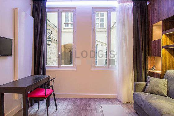Séjour très calme équipé de 1 canapé(s) lit(s) de 140cm, téléviseur, 4 chaise(s)