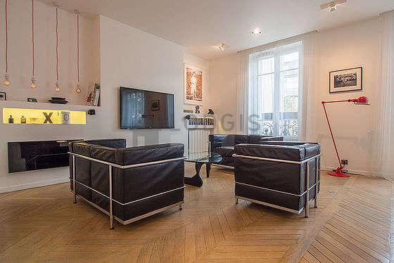 Séjour calme équipé de téléviseur, chaine hifi, 1 fauteuil(s), 8 chaise(s)