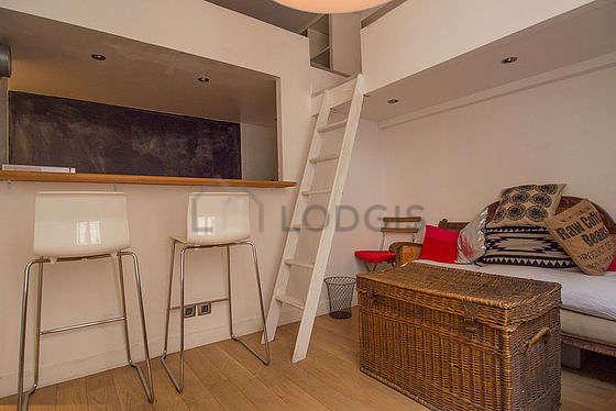 Séjour calme équipé de 1 lit(s) mezzanine de 140cm, téléviseur, 1 fauteuil(s), 2 chaise(s)