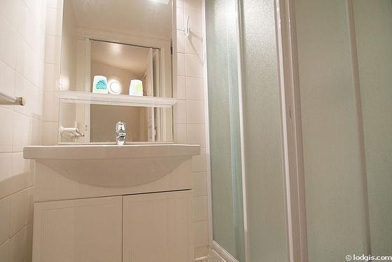Salle de bain équipée de wc