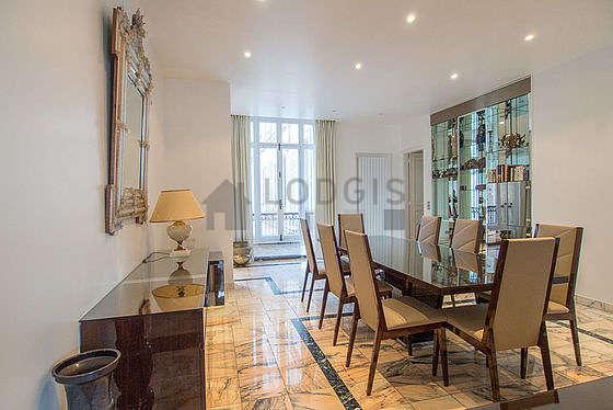 Superbe salle à manger avec du marbre au sol pouvant accueillir jusqu'à 8 convives
