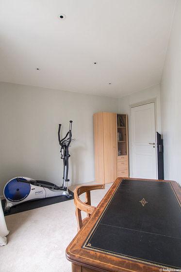 Très beau bureau de 10m² avec de la moquette au sol, équipé de bureau, placard, 1 chaise(s)