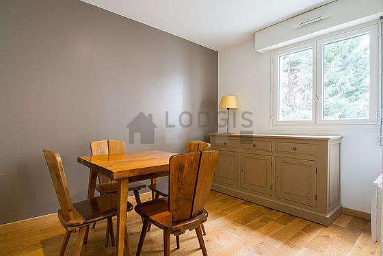 Superbe salle à manger avec du parquet au sol pouvant accueillir jusqu'à 4 convives
