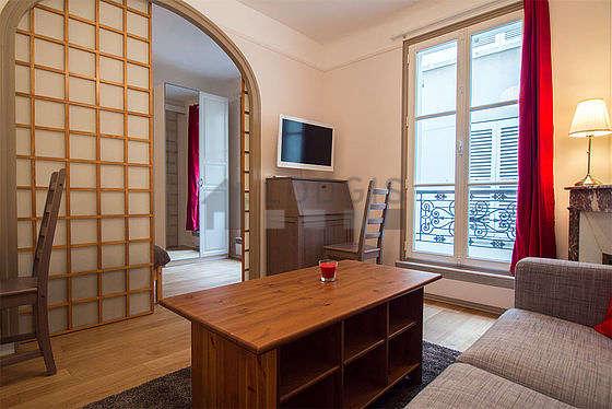 Séjour calme équipé de téléviseur, penderie, placard, 2 chaise(s)