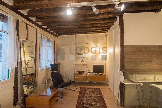 Salon de 18m² avec du carrelage au sol