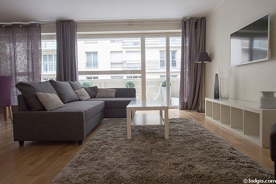 Large living room of 28m² with wooden floor