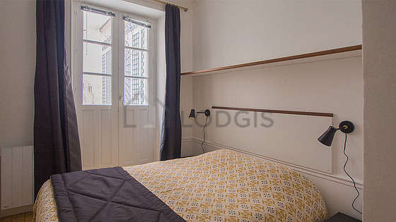 Bedroom of 9m² with wooden floor