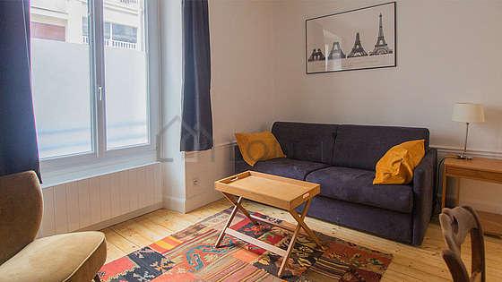 Living room of 18m² with wooden floor