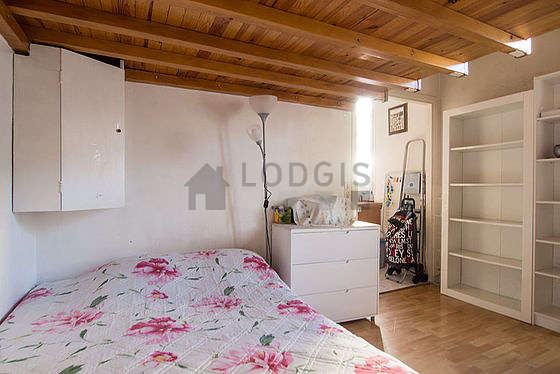 Living room furnished with 1 mattress of 140cm, 1 bed(s) of 140cm, tv, dvd player