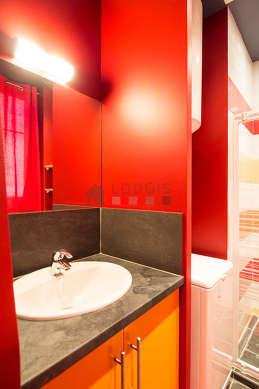 Agréable salle de bain avec fenêtres double vitrage et du carrelage au sol