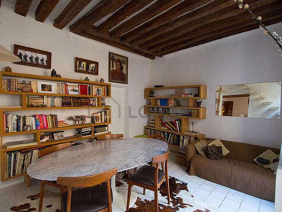 Belle salle à manger avec du carrelage au sol pouvant accueillir jusqu'à 4 convives
