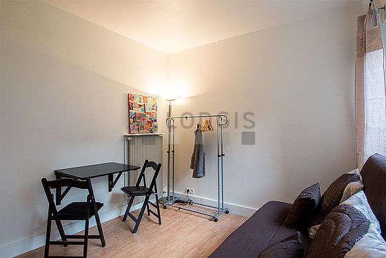 Séjour calme équipé de 1 canapé(s) lit(s) de 140cm, télé, commode, 2 chaise(s)