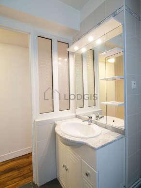 Belle salle de bain claire avec fenêtres double vitrage