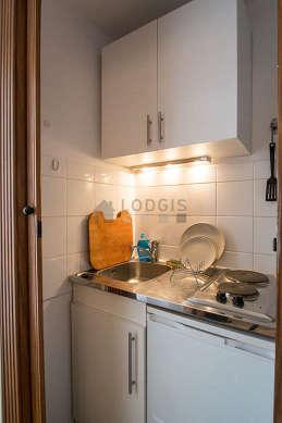 Belle cuisine de 1m² avec du linoleum au sol