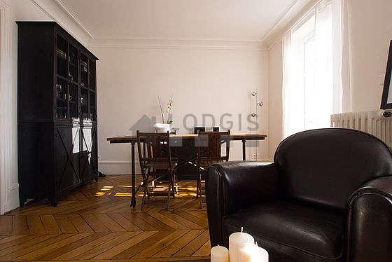 Séjour équipé de 1 canapé(s) lit(s) de 130cm, chaine hifi, 2 fauteuil(s), 4 chaise(s)