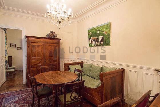 Salle à manger de 14m² équipée de table à manger, armoire