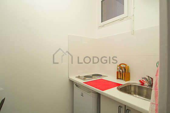 Cuisine équipée de plaques de cuisson, réfrigerateur, freezer, tabouret