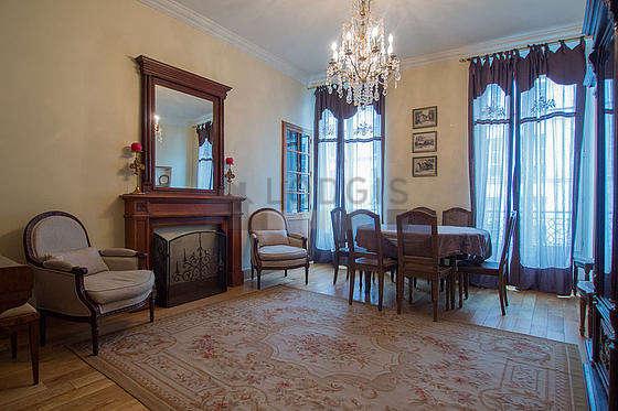 Séjour calme équipé de 1 canapé(s) lit(s) de 120cm, 2 fauteuil(s), 6 chaise(s)