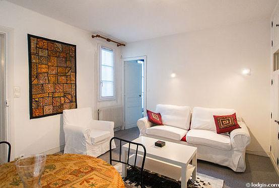 Séjour calme équipé de 1 canapé(s) lit(s) de 140cm, téléviseur, placard, 4 chaise(s)
