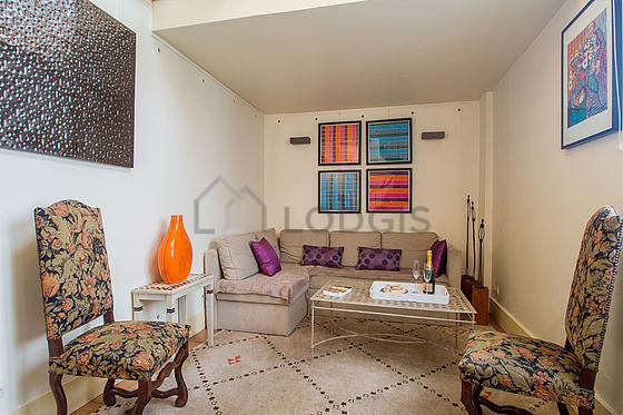 Séjour très calme équipé de 1 canapé(s) lit(s) de 140cm, téléviseur, 2 fauteuil(s), 6 chaise(s)