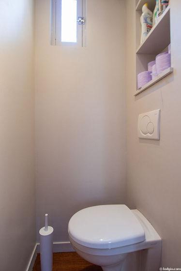 Toilettes indépendantes de la salle d'eau