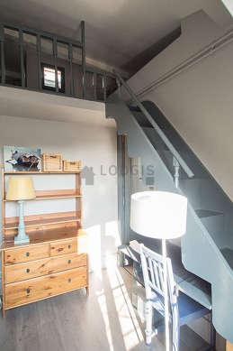 Chambre très lumineuse équipée de bureau, placard, 1 chaise(s)