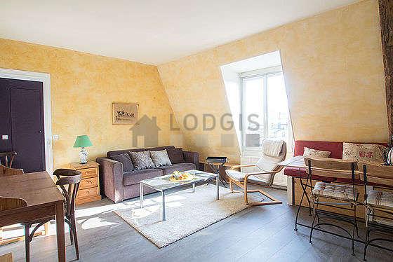 Séjour calme équipé de 1 canapé(s) lit(s) de 140cm, téléviseur, 1 fauteuil(s), 1 chaise(s)