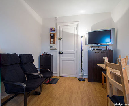 Séjour très calme équipé de télé, lecteur de dvd, 2 fauteuil(s), 2 chaise(s)