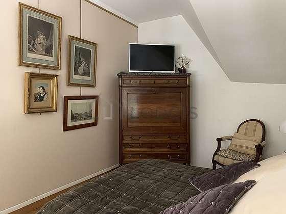 Chambre équipée de télé, 2 fauteuil(s), table de chevet