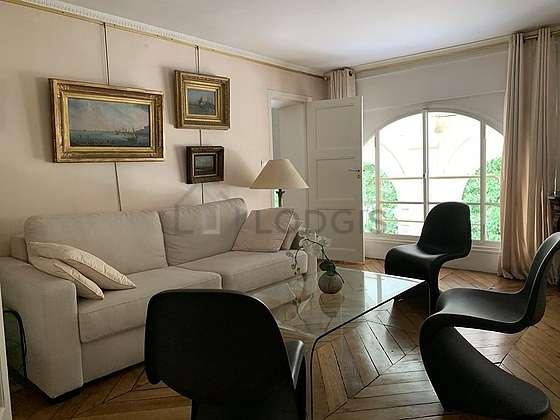 Séjour très calme équipé de 1 canapé(s) lit(s) de 140cm, chaine hifi, commode, 6 chaise(s)