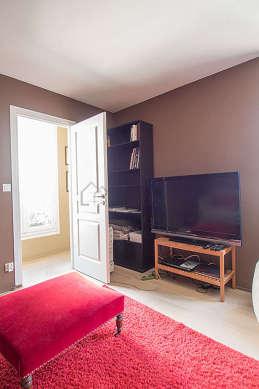 Très beau bureau avec du parquet au sol, équipé de téléviseur