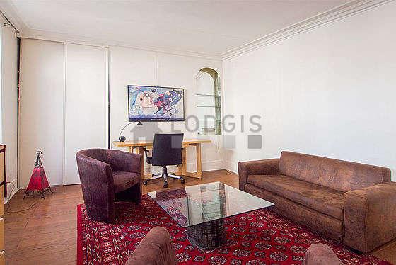Séjour calme équipé de téléviseur, 3 fauteuil(s), 4 chaise(s)