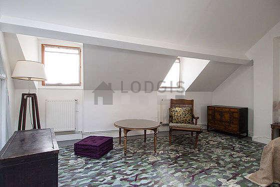 Chambre équipée de penderie, placard, table de chevet