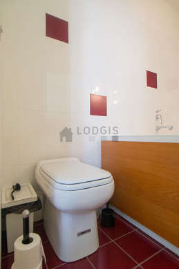 Belle salle de bain claire avec du carrelage au sol