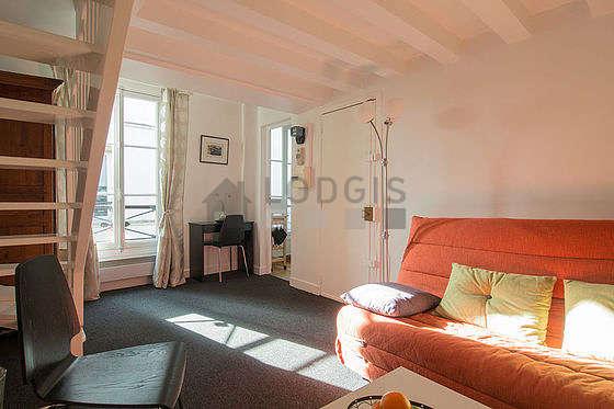 Salon de 13m² avec la moquette au sol