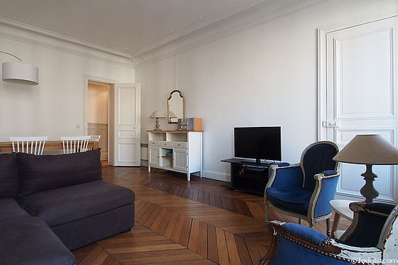 Large living room of 25m² with its wooden floor