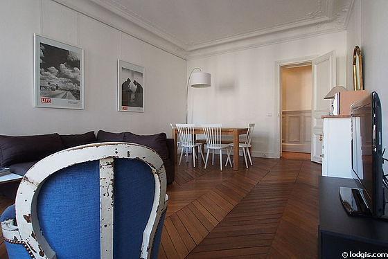 Séjour calme équipé de 1 canapé(s) lit(s) de 140cm, téléviseur, 2 fauteuil(s), 3 chaise(s)